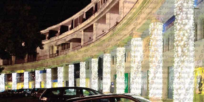 Cortinas led decorando secuencia de columnas