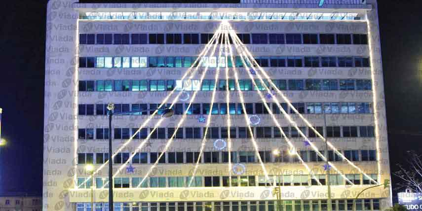 Manguera de luz adornando fachada de oficinas