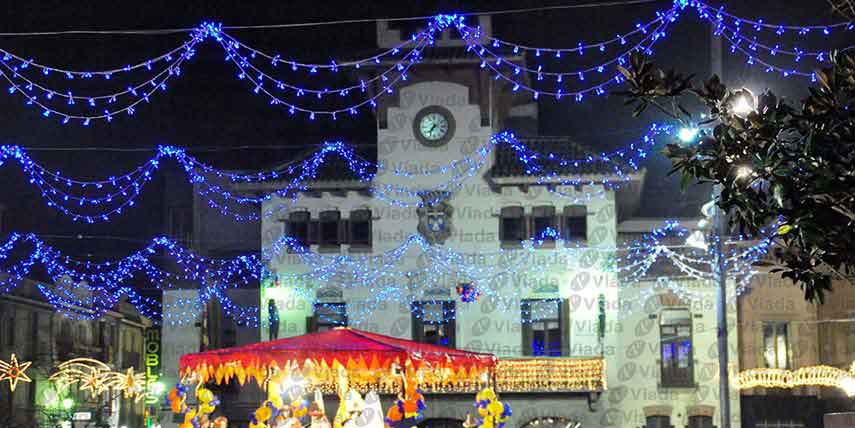 Plaza mayor decorada con guirnaldas led de triple arco