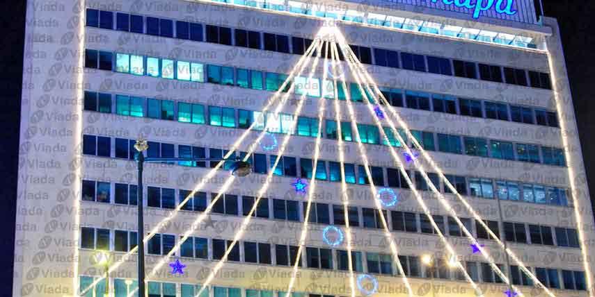 Manguera de luz adornando fachada de oficinas - Manguera luces navidad ...