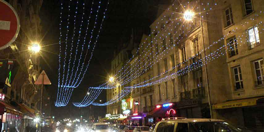 Cortina de luces de 50m de largo cubriendo calles.