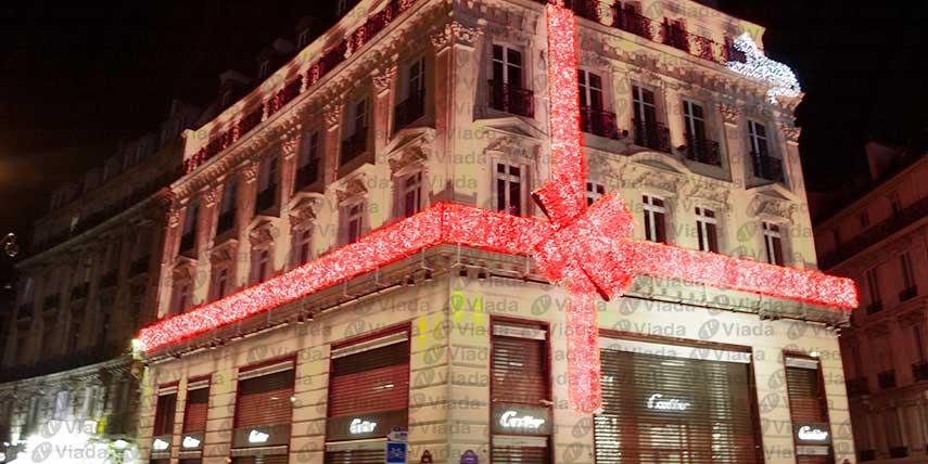 Decorar un edificio como si fuera un regalo de Navidad