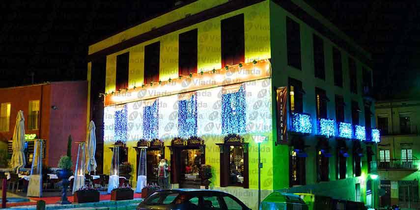 Restaurante con goteos de led y cortinas